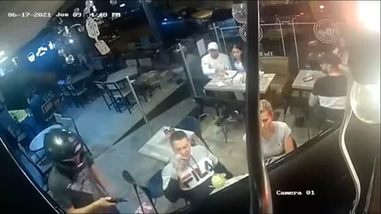 To je teda hlad! Muž si v čase lúpeže naďalej vychutnával večeru v reštaurácii
