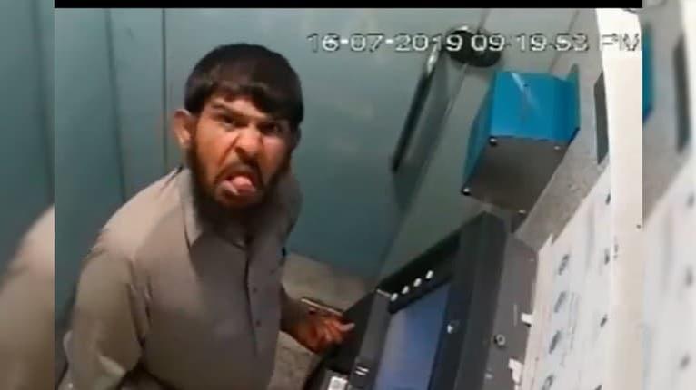 Mužovi sa v bankomate zasekla karta, vynašiel sa svojským spôsobom: Vrchol, čo urobil v závere videa