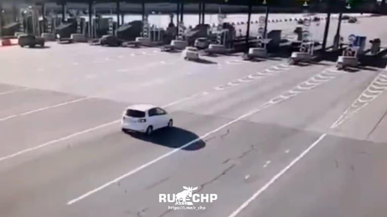 Čudný manéver: Vodič si nevšimol mýtnu stanicu, napálil to rovno do nej