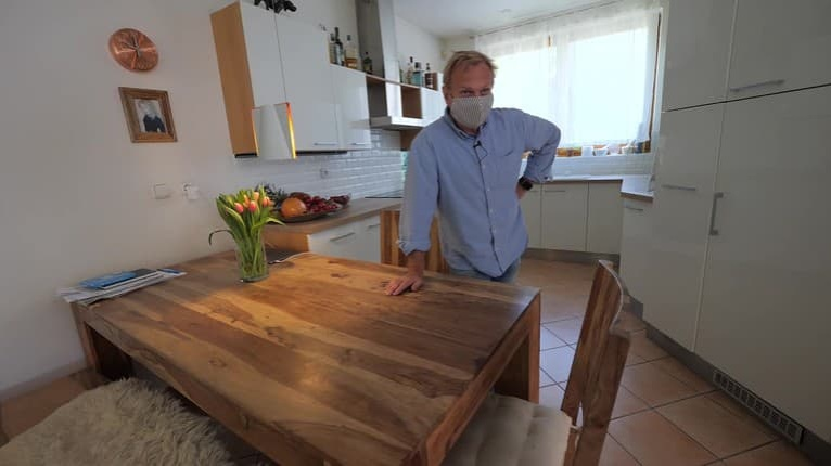 Na návšteve u speváka Janka Kurica: Stôl naopak, Havel na stene a krásna spomienka jeho manželky Simony