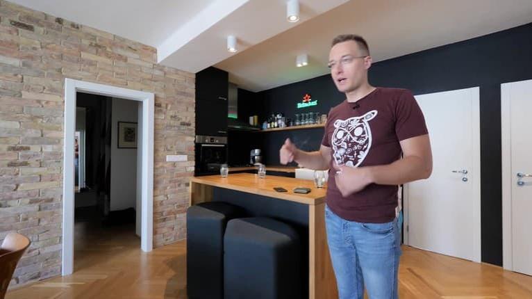 Na návšteve u Michala Kovačiča: Krásny byt v centre Bratislavy si museli s manželkou vybojovať