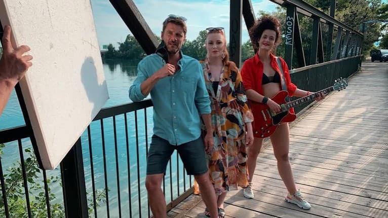 Letná novinka: Milo Kráľ a Barbora Švidraňová ukázali zmysel pre humor v piesni Opaľujeme sa