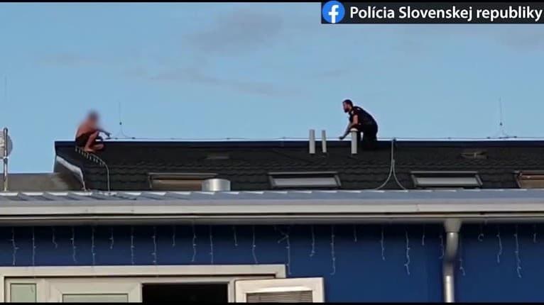 Kuriozita v Trenčíne: Mužovi sa nechcelo do väzenia, policajti za ním vyliezli na strechu