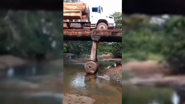 Vodič netušil, čo činí? Pod nákladným autom sa prepadol drevený most!
