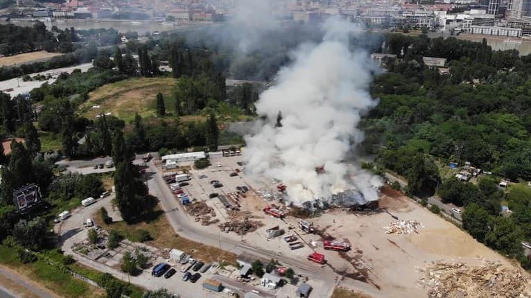 Požiar v hlavnom meste! Pri Einsteinovej ulici horí sklad, zasahujú profesionálni i dobrovoľní hasiči