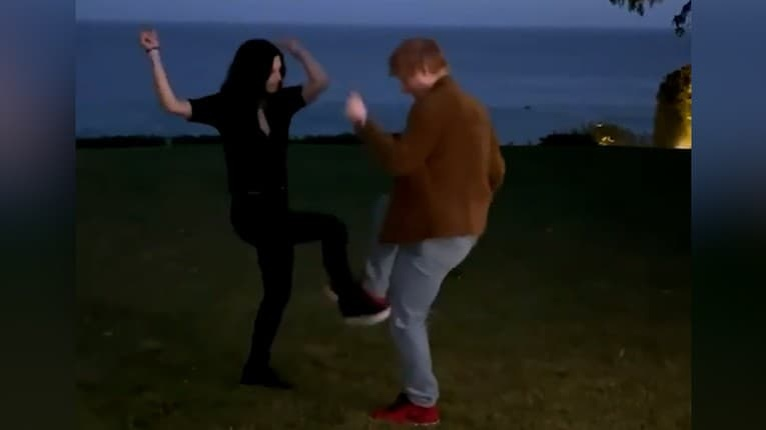Spevák Ed Sheeran a herečka Courteney Cox z Priateľov to roztočili: Trapas na záver