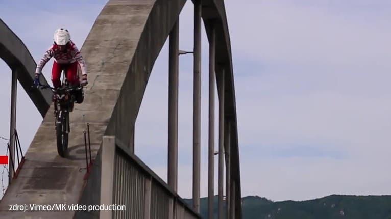 Kaskadéra z Bytče predbehol trialista Peter: Oblúk mosta som prešiel len na prednom kolese