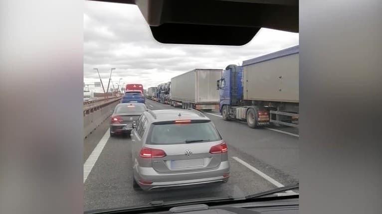 Pozriete si video z Prístavného mosta v Bratislave, zastaví sa vám rozum: Za toto hrozí vodičovi mastná pokuta!