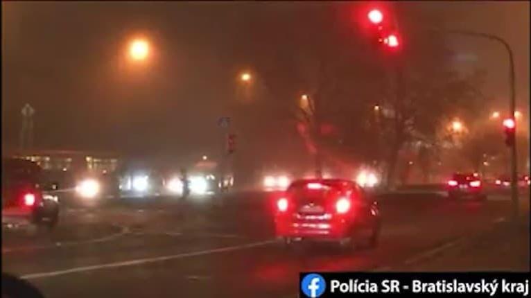 Šialené VIDEO z Bratislavy: Mladá šoférka bez vodičáka prešla na červenú, takmer zrazila chodcov