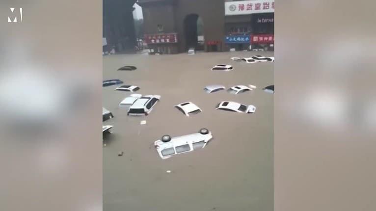 Desivé záplavy v Číne: Plávajúce autá, vytopené metro a mestské časti pod metrovou hladinou vody