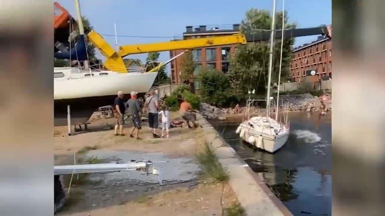 Toto majiteľ nemal vidieť: Žeriavom dávali na hladinu jeho novú loď, v sekunde bolo po nej!