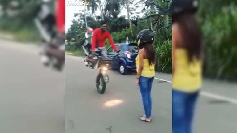 Motorkár šaškoval pred frajerkou: Chcel sa jej vrhnúť do náručia, parádne to prepískol!