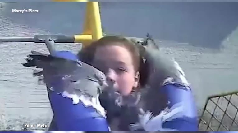 Tak toto nečakala! Aha, čo dievčaťu počas jazdy v zábavnom parku vrazilo do tváre