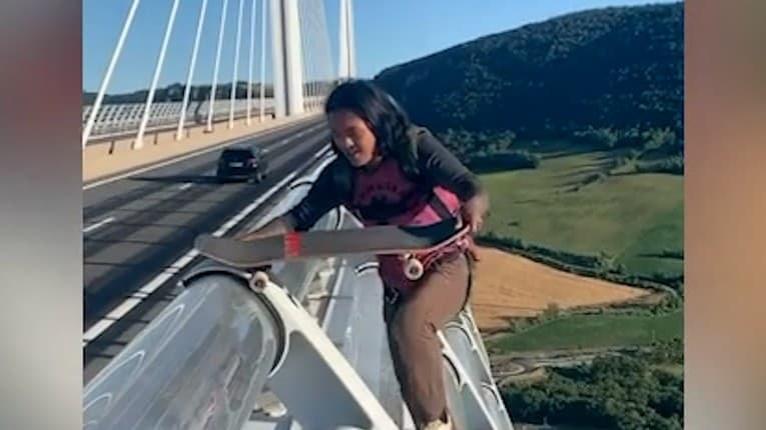 Odvážlivec na skateboarde: Z najvyššieho mosta sveta predviedol trik, z ktorého mrazí