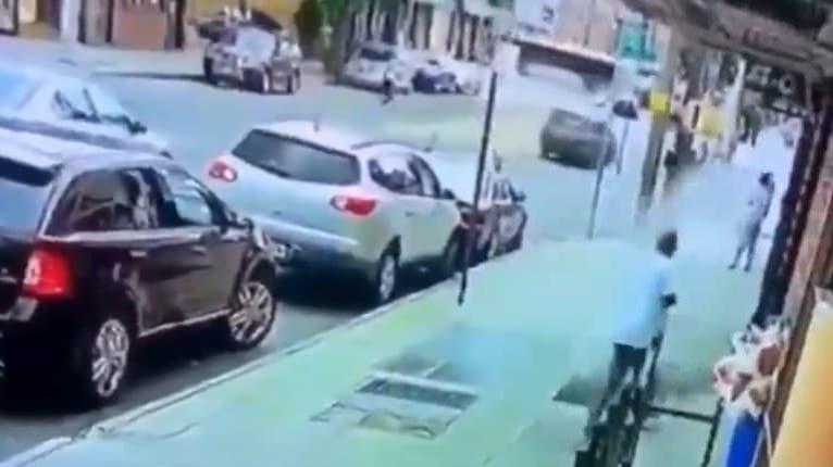 Chodec v Queense zažil čosi nevídané: Išiel si len tak po chodníku a zrazu... smrti ušiel len o chlp!