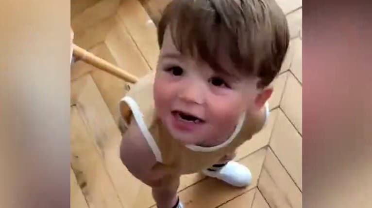 Toto video odštartovalo búrlivú debatu: 20-mesačný Apollo pomáha svojej mamičke ojedinelým spôsobom