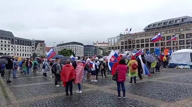V Bratislave sa opäť protestuje: Prišli ďalší demonštranti, na mieste sú ťažkoodenci