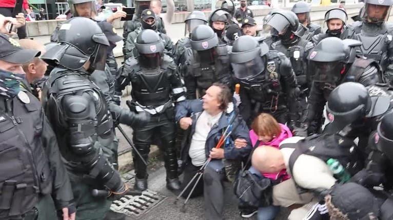 Protesty v Bratislave: Ťažkoodenci vytlačili dav z ciest, Kotlebov brat skončil v nemocnici!