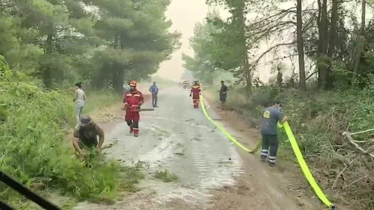 Už dva dni v plnom nasadení: Slovenskí hasiči zápasia s plameňmi v Grécku