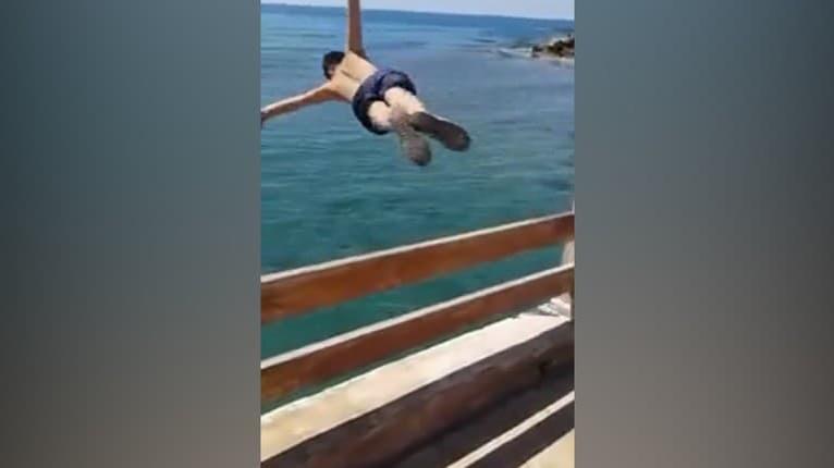 Nebezpečná zábavka: Chlapcom sa riskantný skok do vody skoro vypomstil, s týmto nerátali