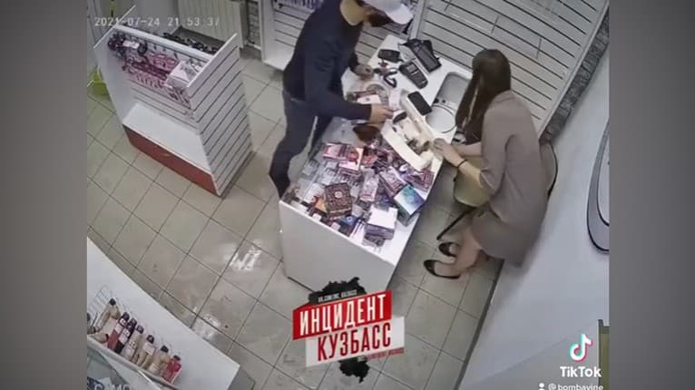 Nezvyčajná obrana: Muž sa pokúšal vylúpiť sexshop, sledujte, čím naňho zaútočila predavačka