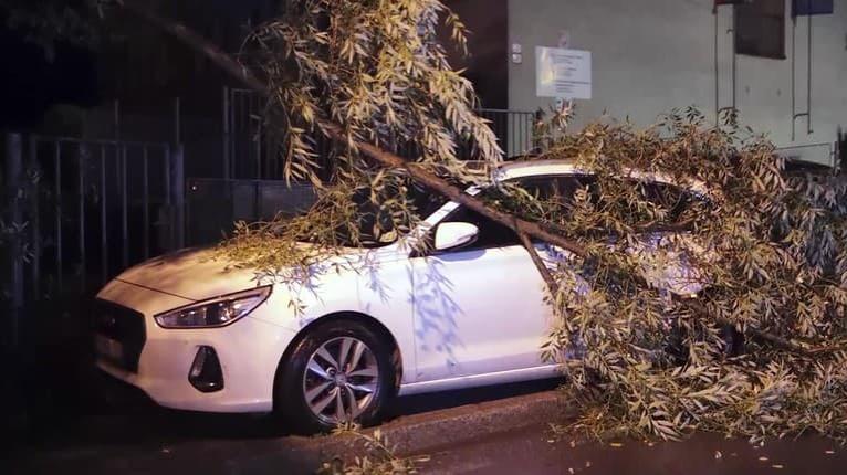 Mimoriadna situácia v Banskej Bystrici: Nočná smršť lámala stromy, brala strechy a rozmetala letné terasy