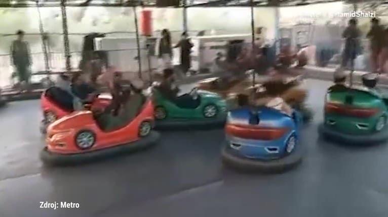 Toto nemyslia vážne! Talibanskí militanti sa so zbraňami vozili na autíčkach v zábavnom parku v Kábule