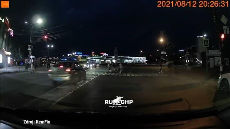 Nedalo sa na nič vyhovoriť: Policajti zrazili cyklistu na priechode pre chodcov, zachytila to autokamera