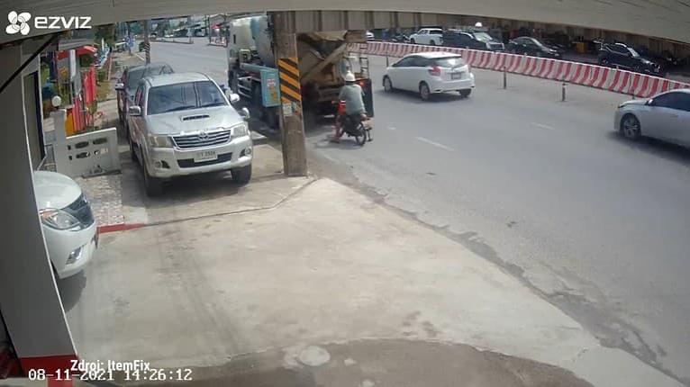 Vodič miešačky na betón začal na ceste z ničoho nič cúvať: Muž na mopede nemal úniku!