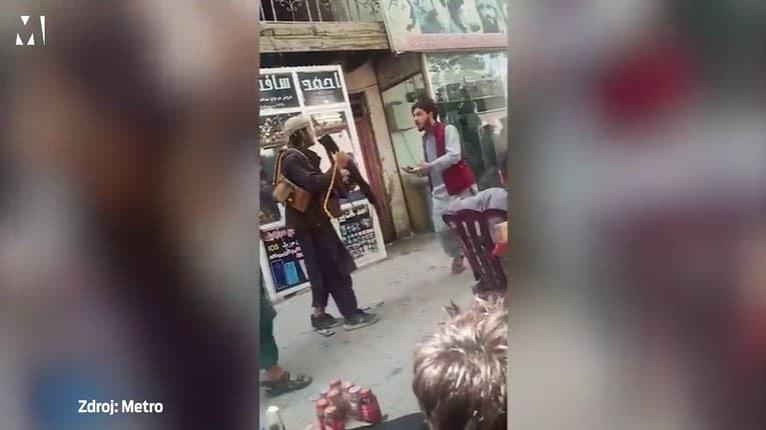 Taliban dohliada na dodržiavanie pravidiel: Muž v Kábule dostal puškou za to, že počúval hudbu
