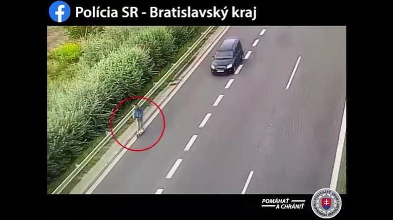 Video, pri ktorom budete len neveriacky krútiť hlavou: Muž na kolobežke brázdil diaľnicu D1