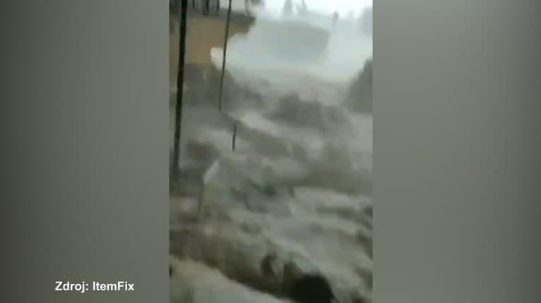 Na toto sa bolí pozerať! Muž v nemom úžase sleduje, ako mu záplavy v Španielsku vymývajú domov