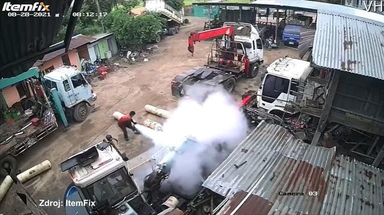 Plynová bomba vybuchla mužovi priamo pod rukami: Rátajte sekundy, kým mu došlo, čo sa stalo