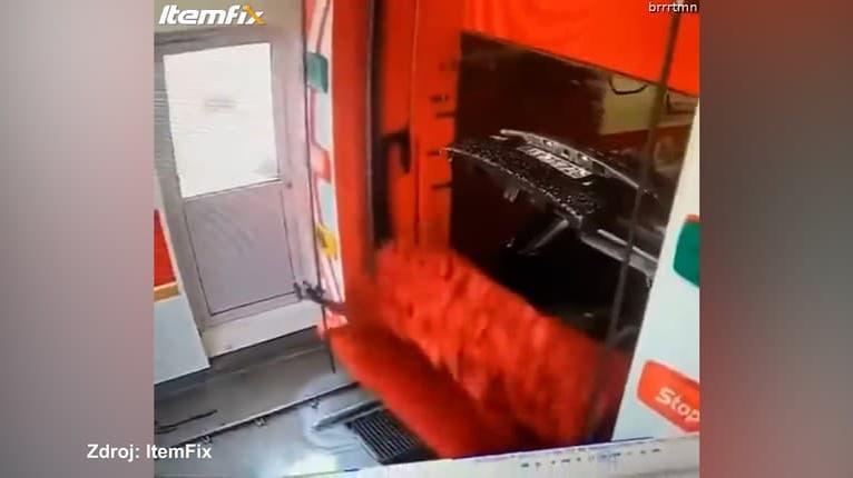Na aute sa v umyvárke otvoril zadný kufor: Uf, majiteľ ho už nezatvorí