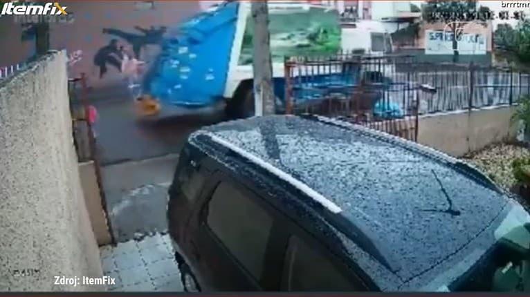 Chlapec prechádzal cez cestu, nevšimol si auto: Okamžitá reakcia smetiara mu zachránila život