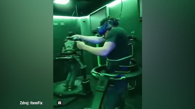 Skutočná komédia! Hry virtuálnej reality sú zábavné aj keď sledujete iba ich hráčov