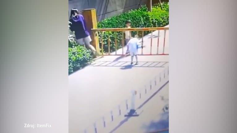 Matka roka?! Žena nahovorila svoje deti, aby preliezli cez mreže závory, syn sa takmer zadusil!