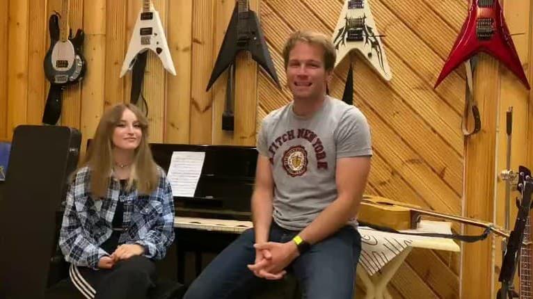 Tomáš Bezdeda prichytený s mladou slečnou: Čo jej spieval do uška?