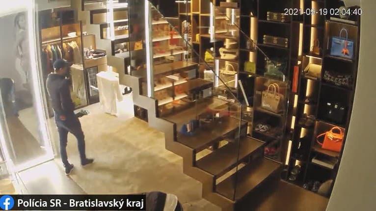 Krádež luxusných predmetov z bytu Cibulkovej: Polícia zverejnila detaily a fotky, spoznávate týchto mužov?