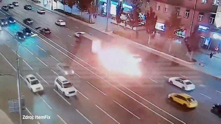 Motorka v plameňoch: Po zrážke s úžitkovým vozidlom z neho vyprsklo horiace palivo