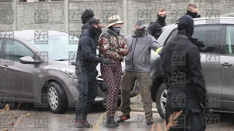 Plačkovú s manželom Reném zadržala polícia: Zábery zo zásahu pred ich domom!