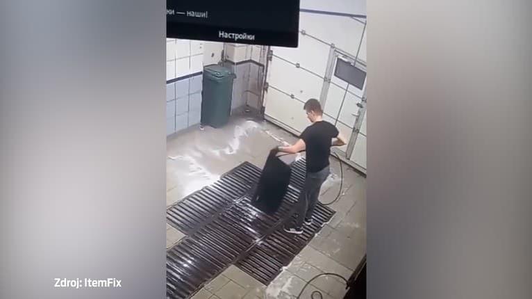 Vyzerá to ako kúzlo, ale toto neplánoval: Mužovi v autoumyvárni zmizol koberček z auta