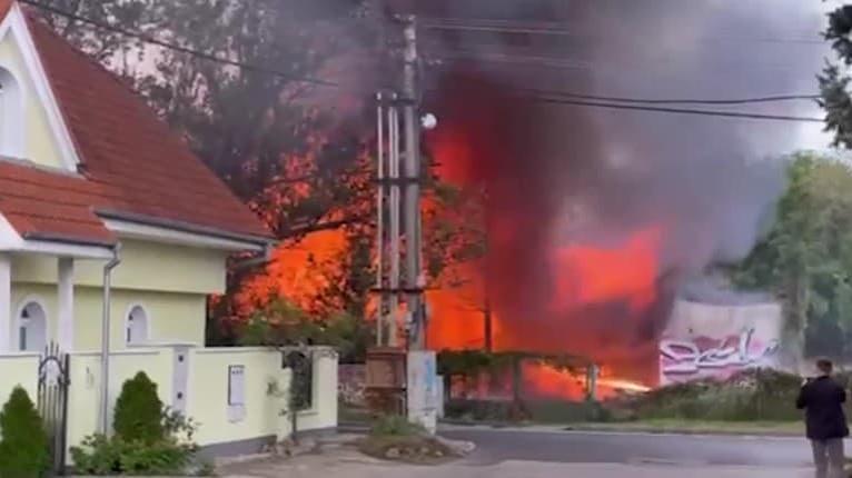 Mohutný požiar v Bratislave! Oheň likviduje drevenú ubytovňu