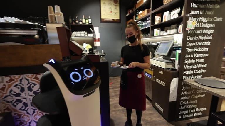 Zákazníkom v bratislavských podnikoch kávu nosí robot: Čašník ako zo sci-fi filmu