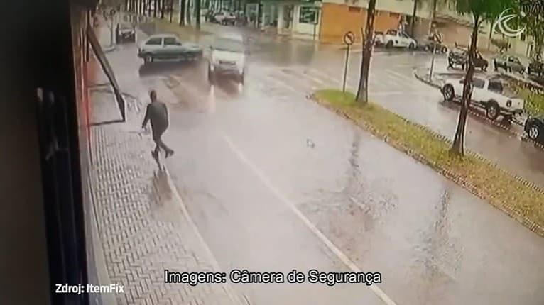 Po zrážke jedno z áut nabralo celkom iný smer, chodec ledva uskočil: Toto bolo o chlp!
