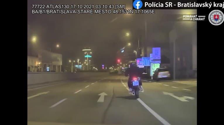 Zábery ako z akčného filmu: Motorkár unikal policajtom v protismere, sledujte, čo sa stalo!