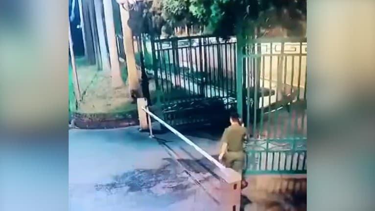 Čo môže byť zložité na zatvorení brány? Video, ako sa trápil ochrankách, je na smiech!