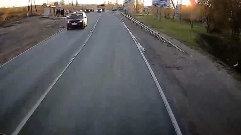 Trúfalosť tohto šoféra vás dvihne zo stoličiek! Sledujte nákladné auto: To čo robí?!